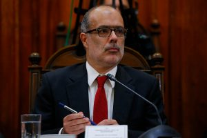 OCDE recomienda a Chile subir impuestos y ministro Valdés sale a calmar al empresariado