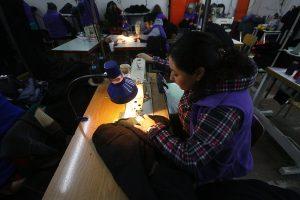 Chile trabaja más horas que el promedio de la OCDE y es el tercero entre sueldos más bajos