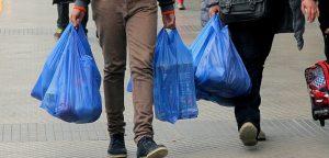 A partir de agosto almacenes de barrio y ferias libres deberán dejar de entregar bolsas plásticas