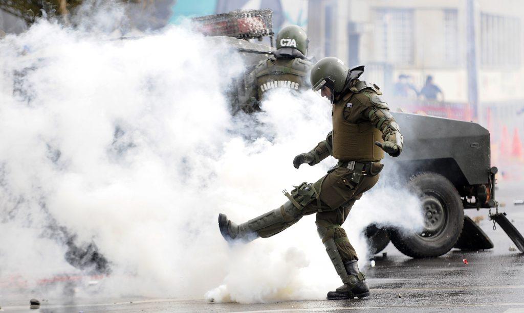 Investigación internacional llama a prohibir el uso de gas lacrimógeno a  Carabineros: «Puso en riesgo
