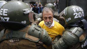 Carabineros detiene a Luis Mesina en manifestación de No + AFP