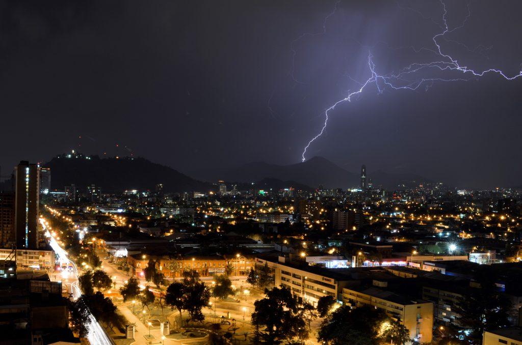 Meteorología avisa sobre posibles tormentas eléctricas en cinco regiones del país