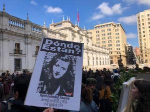 El luto de un 11 rodeando La Moneda como respuesta a Felipe Kast