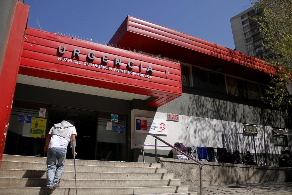 Multan al director de Posta Central por considerar a personas ajenas a la UCI entre los primeros vacunados del país