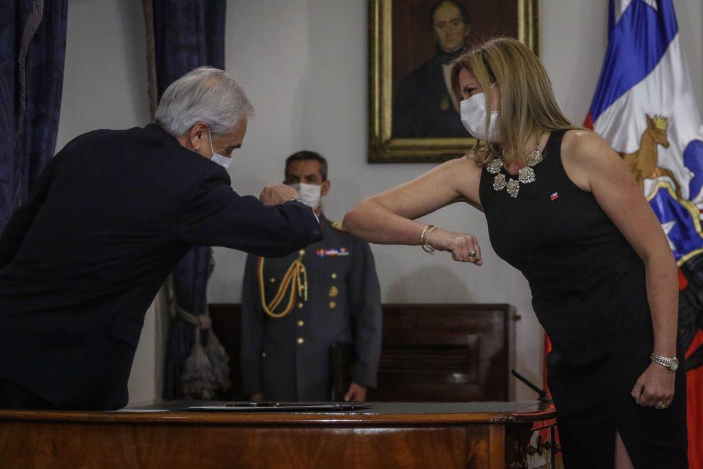 VOCES| Cien escritoras chilenas exigen salida de Macarena Santelices: «El gobierno nos golpea con la designación en el Ministerio de la Mujer y Equidad de Género de una persona que valora la dictadura»