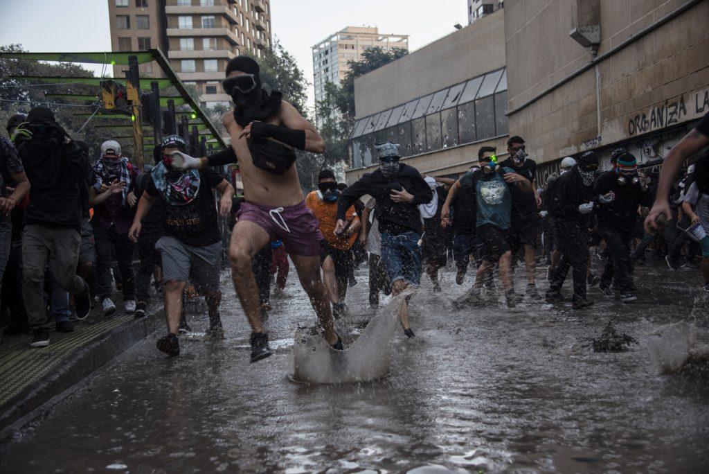 FOTOLIBRO  Estallido social y coronavirus: La tormenta perfecta para Chile desde una mirada artística