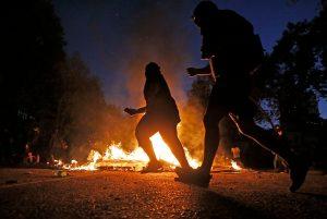 VIDEOS| Noche de manifestaciones en Santiago: Barricadas y cacerolazos en distintos puntos de la capital