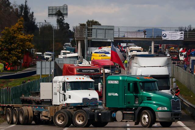 Paro de camioneros: Conflicto escala por desabastecimiento desde La Araucanía al sur y ministro Pérez informa que aún no hay acuerdo