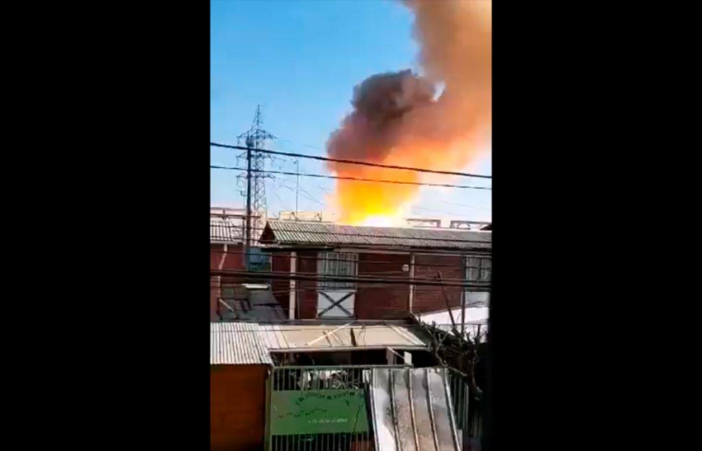 VIDEOS  Corte de luz afecta a varias comunas de Santiago: Vecinos de Peñalolén reportan explosiones en planta eléctrica