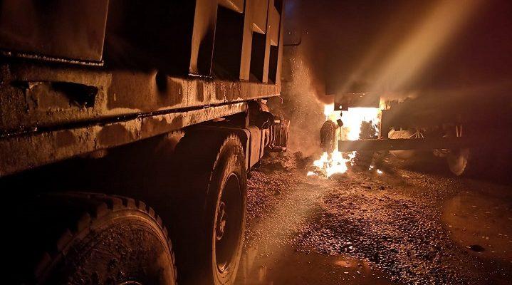 Carabineros investiga nuevo ataque incendiario en La Araucanía: Al menos 10 camiones resultaron quemados