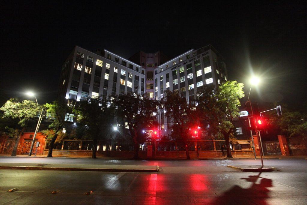 Hospital San Juan de Dios anuncia sumario y desvinculación de funcionario tras denuncia de maltrato a joven trans