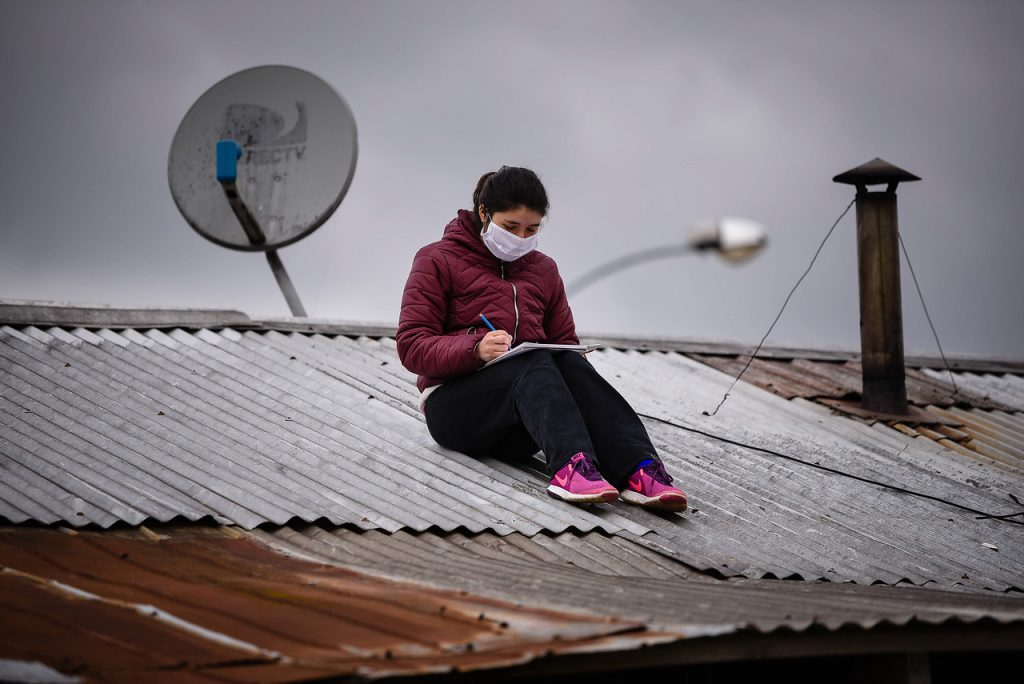 """Empresas que cobran y no cumplen, """"Zonas Rojas"""" sin servicio: la injusticia del WiFi en Chile y un Estado que no corrige"""