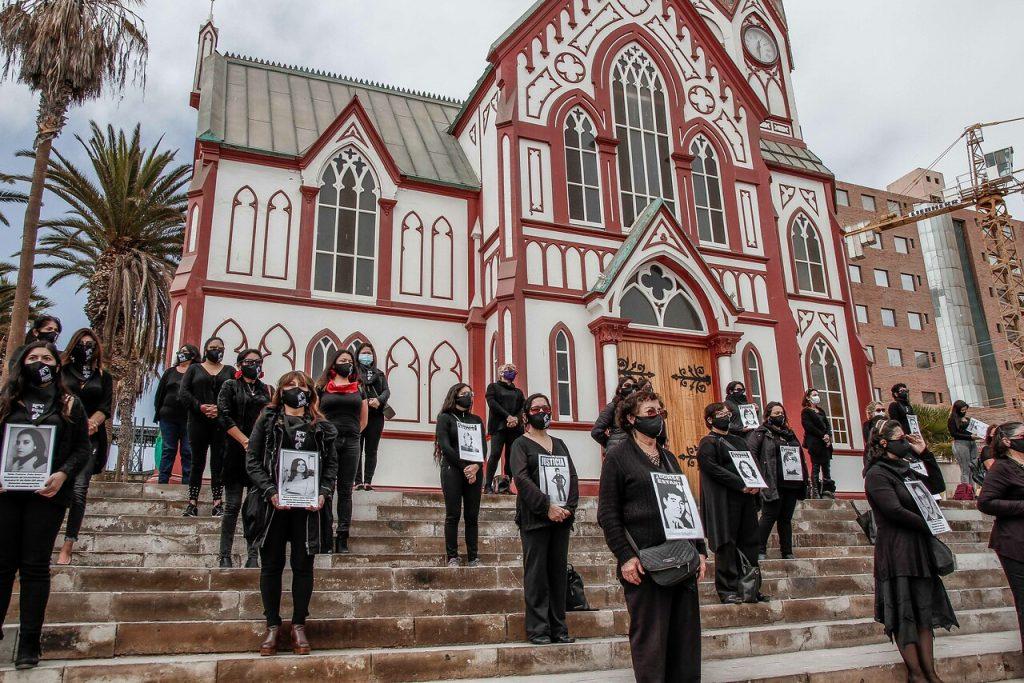 «Mujeres de Luto» realizan acto pacífico en el frontis de la Catedral de San Marcos de Arica