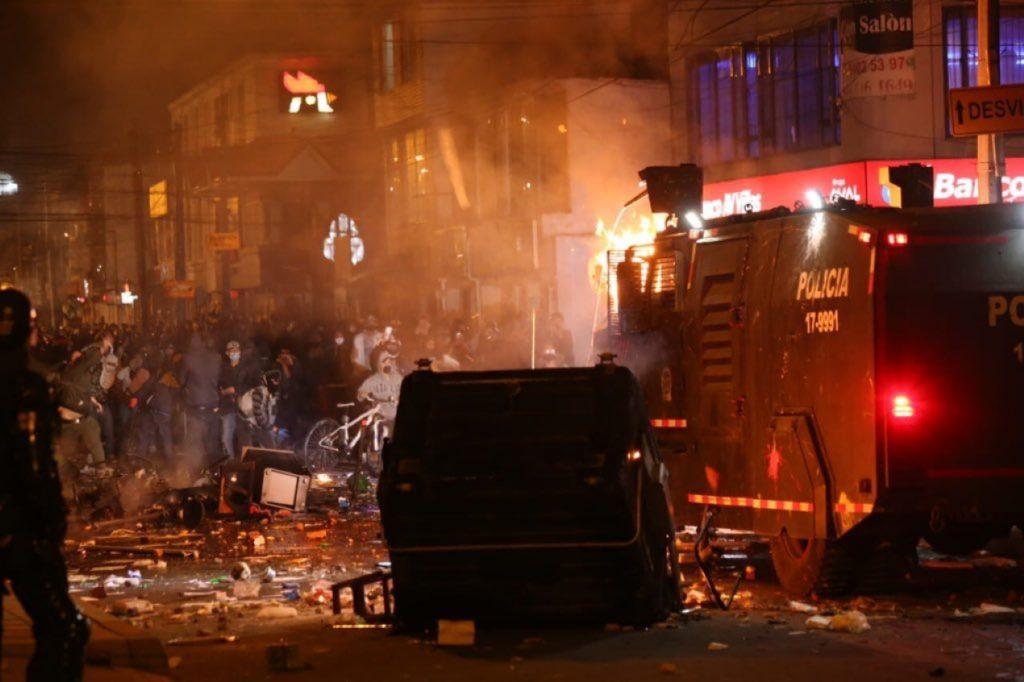 Bogotá: Deceso de hombre por brutalidad policial desata violenta noche de protestas