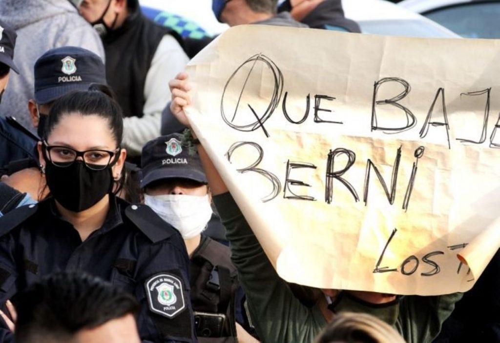 En medio de protestas de la policía de Buenos Aires, detienen a un hombre por lanzar explosivo a la residencia presidencial