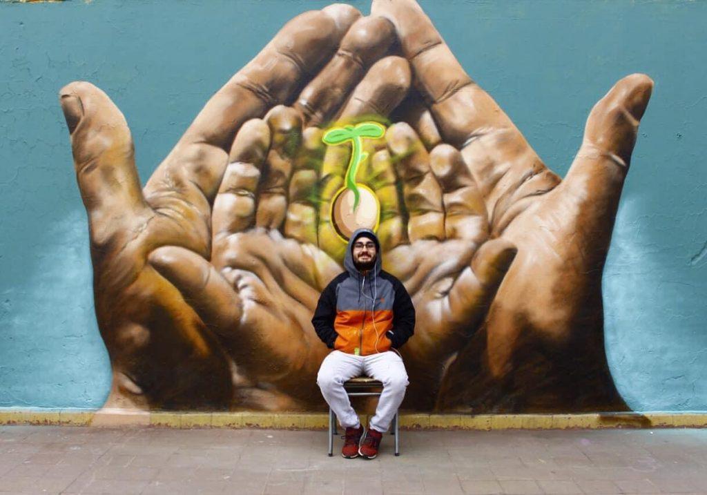 """Muralista que pintó a Mon Laferte: """"Si los que rayaron el mural quisieran aprender a dibujar, yo feliz les puedo dar un taller gratuito"""""""