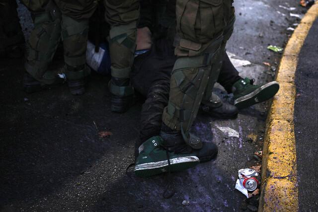 Detienen a tres carabineros acusados de torturas en comisaría de Peñalolén: Fiscalía descarta «crucifixión» de las víctimas