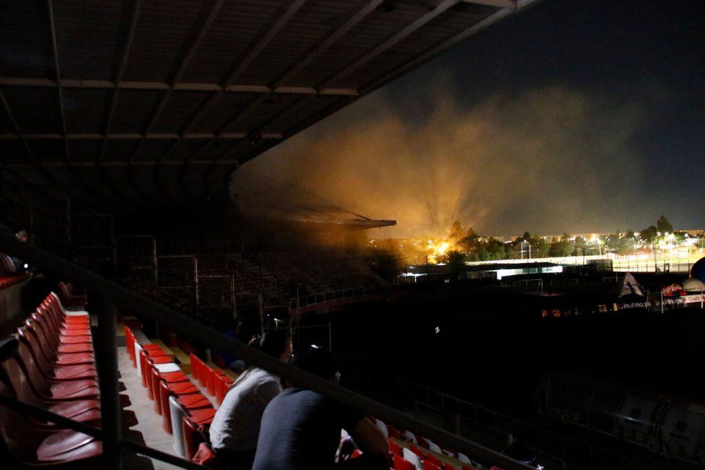 Justo se iba a lanzar un penal: Incendio y corte de luz provoca suspensión de duelo Curicó-UC