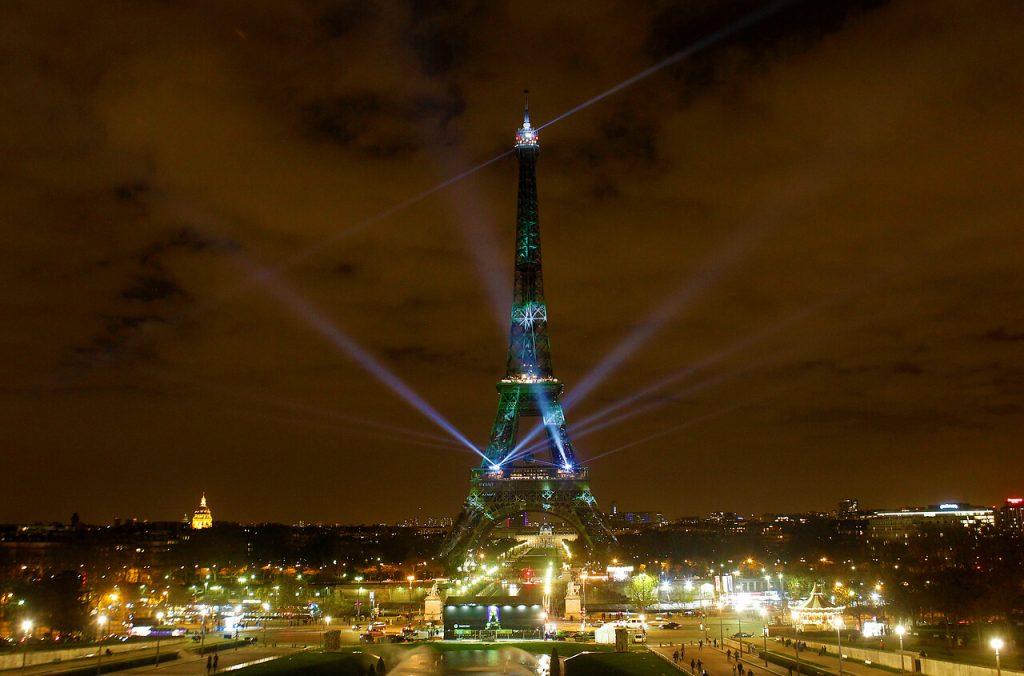 Francia decreta toque de queda en Paris y ocho ciudades a causa del avance del COVID-19