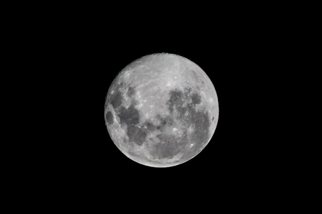 Datos inequívocos confirman la presencia de agua en la Luna