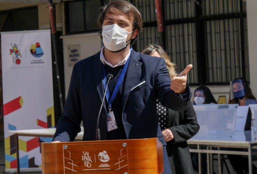 """Jorge Sharp, alcalde de Valparaíso: """"Los presidenciales hablan de un programa hacia el futuro cuando el problema es ahora"""""""
