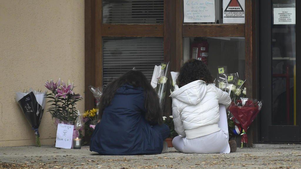 Nueve detenidos tras brutal decapitación de profesor en plena calle en Francia