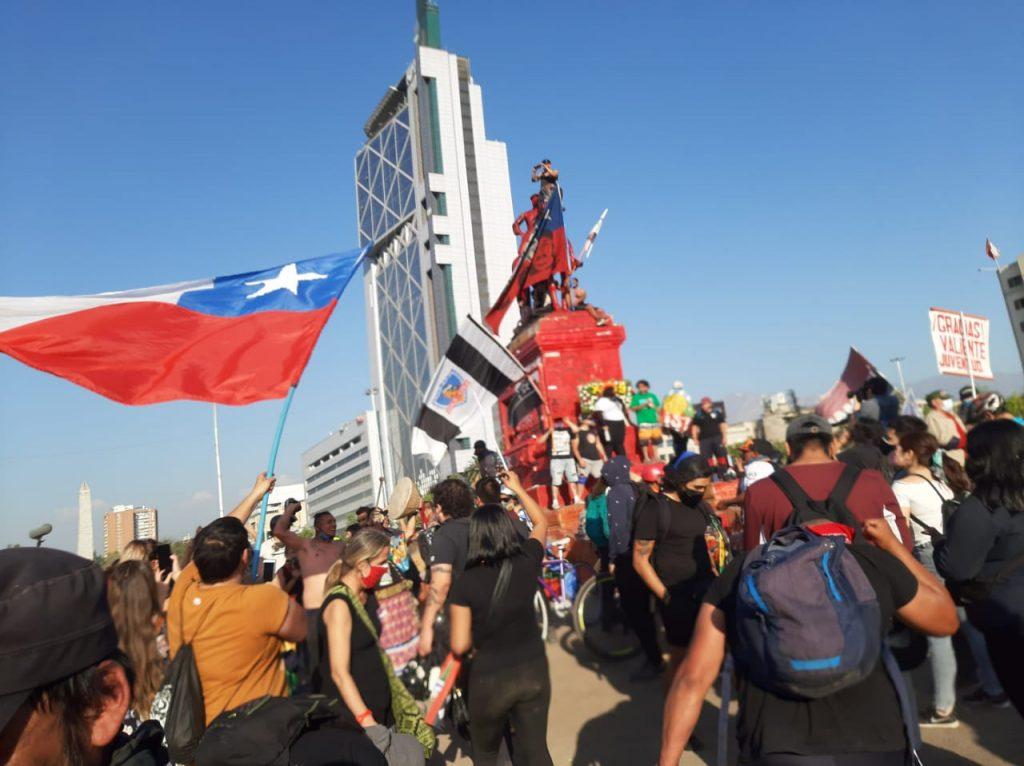 Manifestaciones en Plaza de la Dignidad ad portas del aniversario del 18-O: Pintan de rojo estatua del general Baquedano