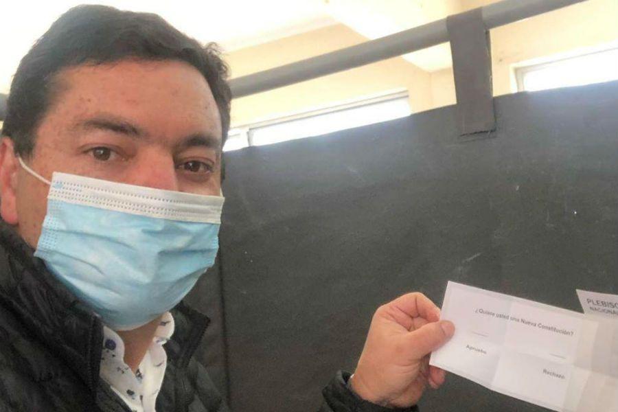 Diputado UDI le tomó una foto a su voto y la publicó en redes sociales