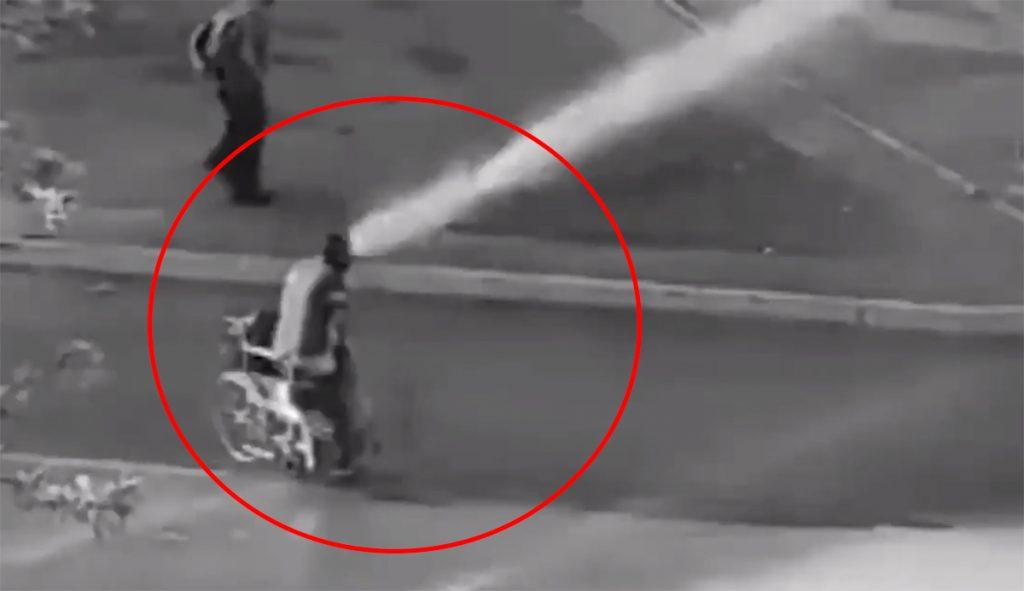 Indignación total: Manifestante en silla de ruedas es arrojado al piso por carro lanzaagua de Carabineros