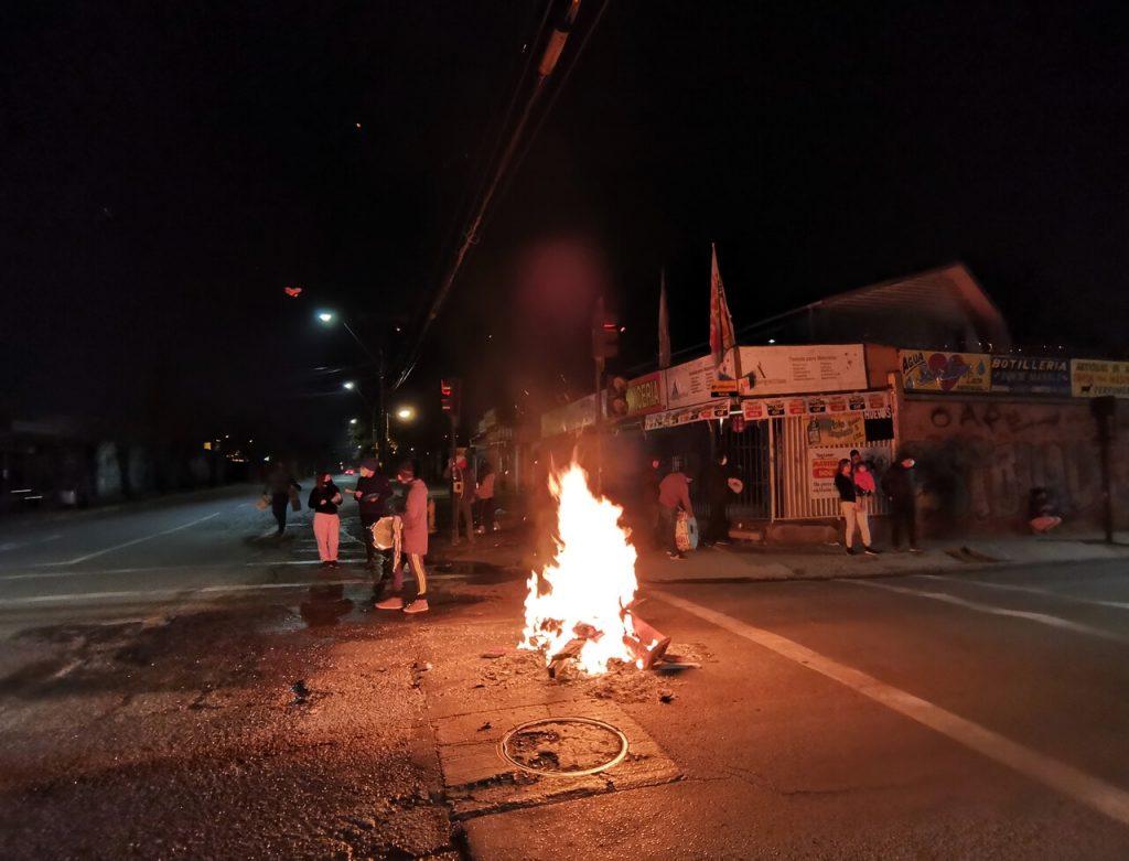 Chilenos salieron a las calles a protestar con cacerolazos y barricadas tras recurso de Piñera en el TC