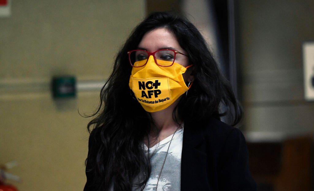 """Camila Vallejo criticó """"choreza"""" del ministro Briones: """"Se dedicó a juzgar si las personas tenían necesidad"""""""