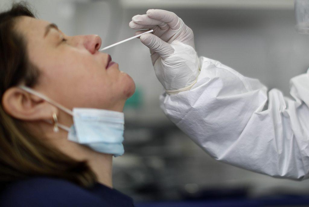 Se tomó un examen PCR y terminó botando líquido cefalorraquídeo por su nariz: Asistente de salud denuncia negligencia en Hospital San Juan de Dios