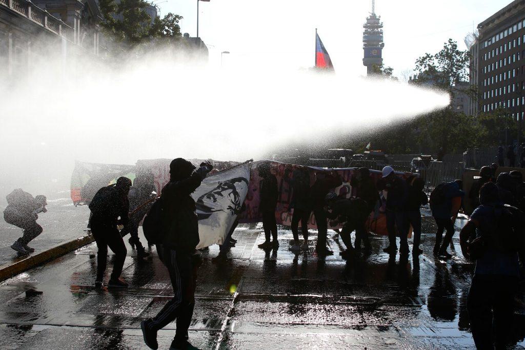 Con barricadas, enfrentamientos, y heridos por el 'guanaco' finalizó la manifestación exigiendo la renuncia de Piñera