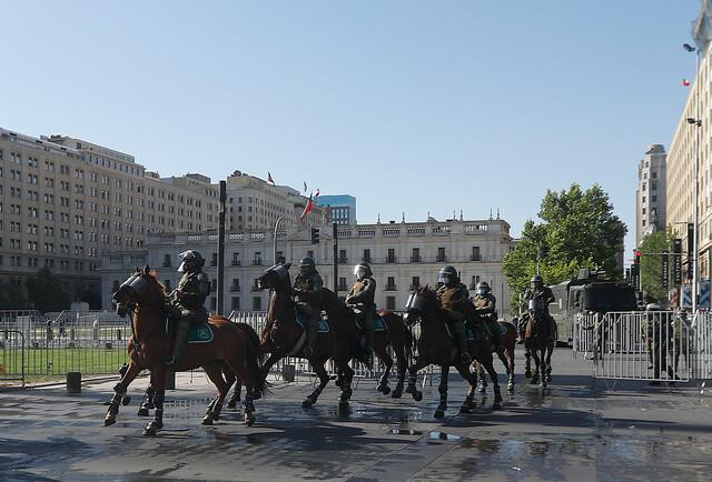 Carabineros reprime a manifestantes que se dirigen a La Moneda exigiendo la renuncia de Piñera