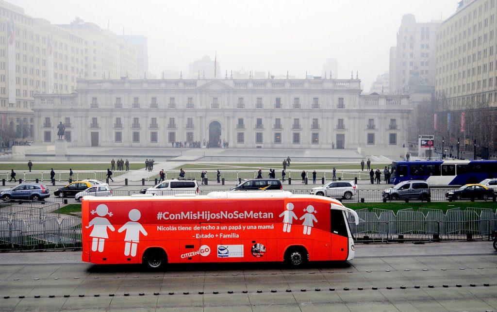 Vuelve el polémico 'Bus de la Libertad': Marcela Aranda anuncia recorrido por Santiago y Valparaíso