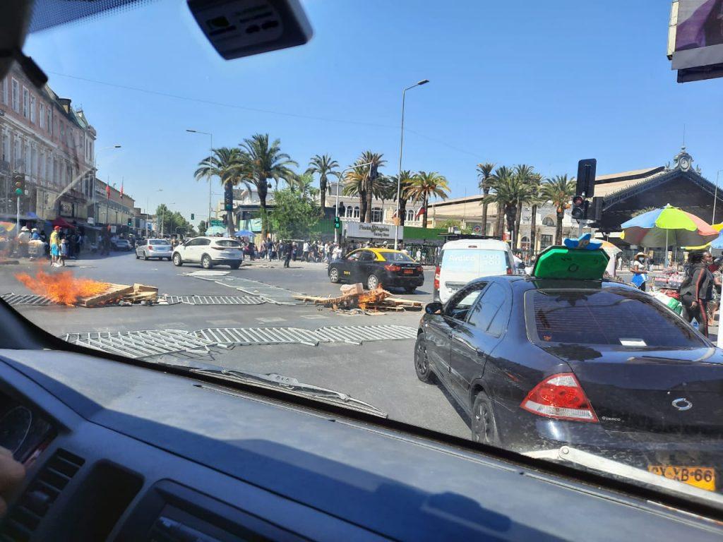 Protestas en Santiago: Comerciantes ambulantes cortan tránsito en Alameda en día lleno de movilizaciones