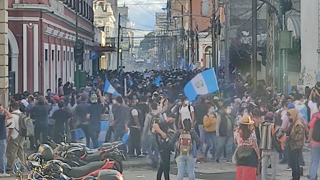 Guatemala: Manifestantes se toman el Congreso y le prenden fuego