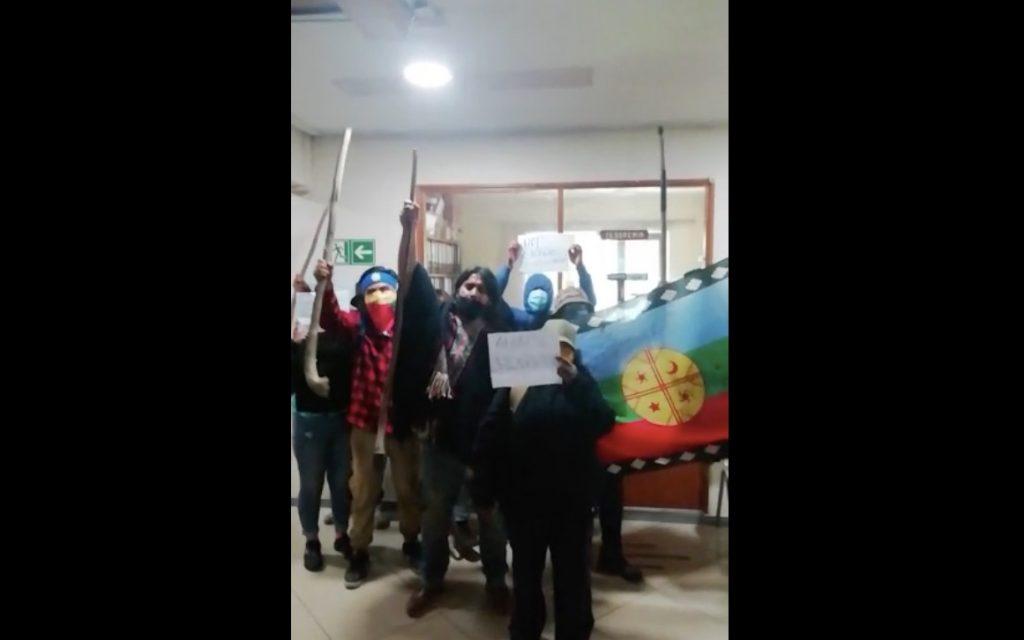 En contra de escaños reservados: Comunidades mapuche se toman Municipio de Lumaco