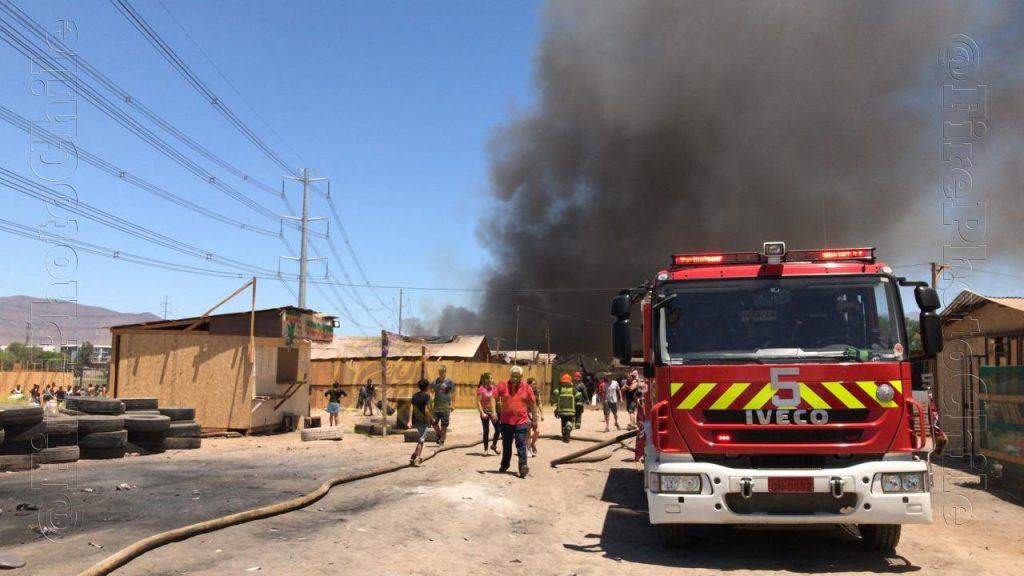 Gigantesco incendio afecta a 300 familias del campamento Violeta Parra de Cerro Navia