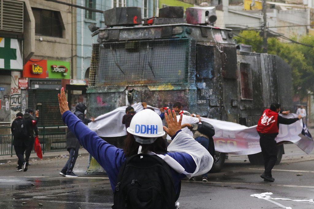 """Estudio UDP sobre defensores de DD.HH. en Chile: Se deben adoptar """"medidas urgentes"""" para su protección"""