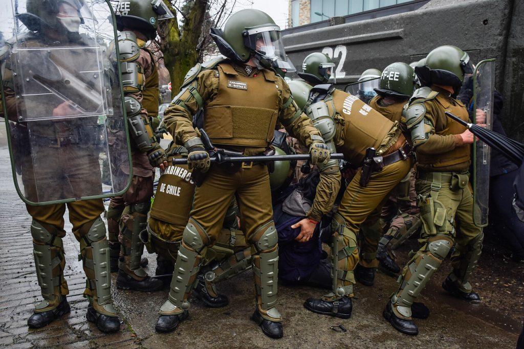 Marcha de guerrilleros, manifestantes drogados y uso de escopetas para causar dolor: Las reveladoras declaraciones de Carabineros a Contraloría