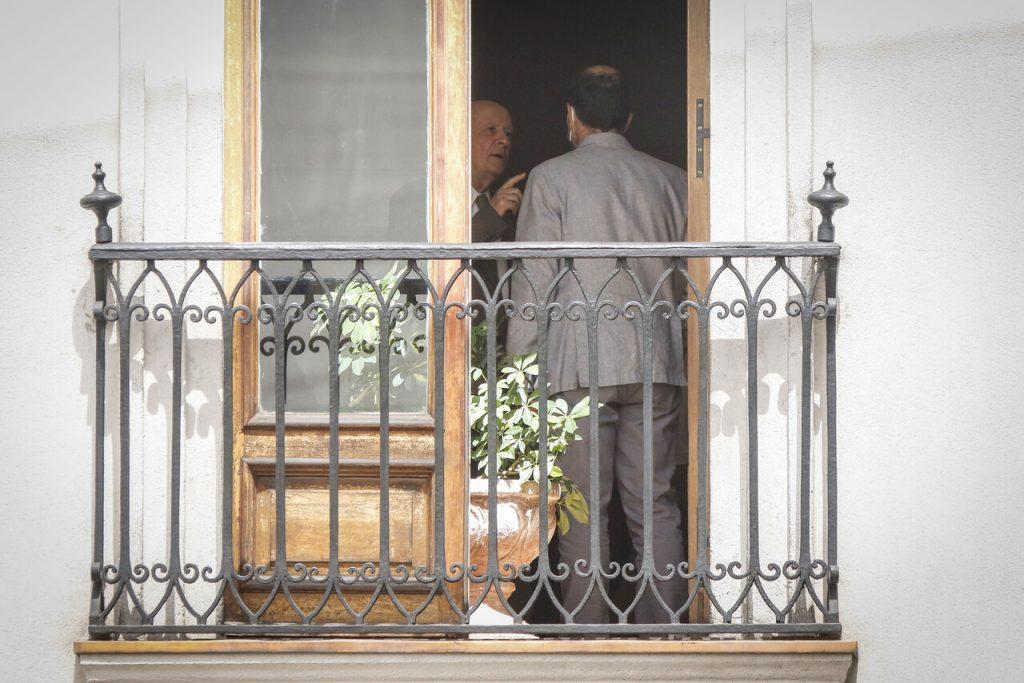 Las imágenes de la conversación entre Cristián Larroulet y ministro Monckeberg que encendieron el debate en redes