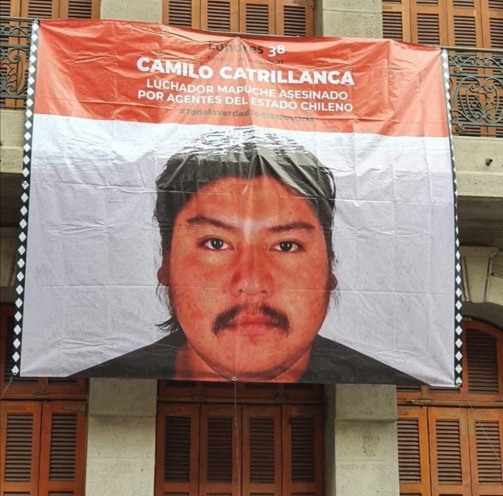 """""""Le vamos a quitar los ojos a todos"""": Grupo de ultra derecha roba lienzo de Camilo Catrillanca en Londres 38"""