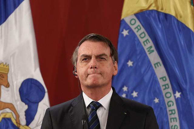 Primera polémica del año de Bolsonaro: Presidente de Brasil provoca y celebra peligrosa aglomeración en una playa
