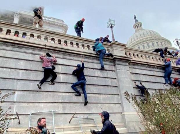 Arrestan a un marine activo por el asalto al Capitolio de EE.UU.