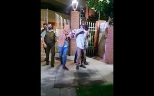"""""""Progre de mierda... ¡periodista muerto de hambre!"""": Así reaccionan detenidos en Las Condes por fiesta clandestina"""