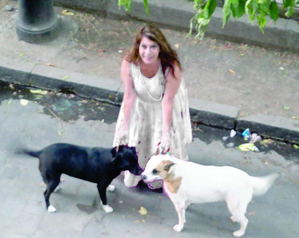 La dama de blanco: Vicky Larraín y su resistencia a pasos de Plaza Dignidad