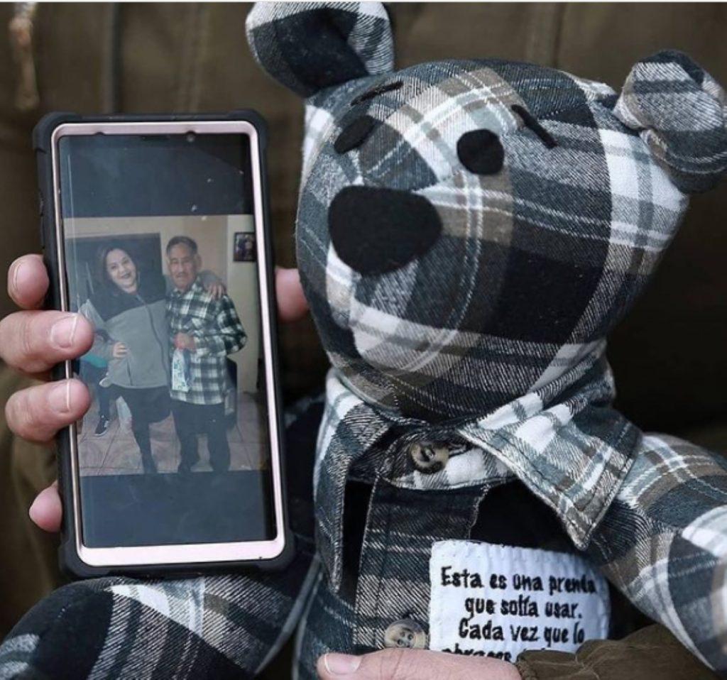 Un peluche con ropa de fallecidos de COVID-19 para soportar el duelo en México