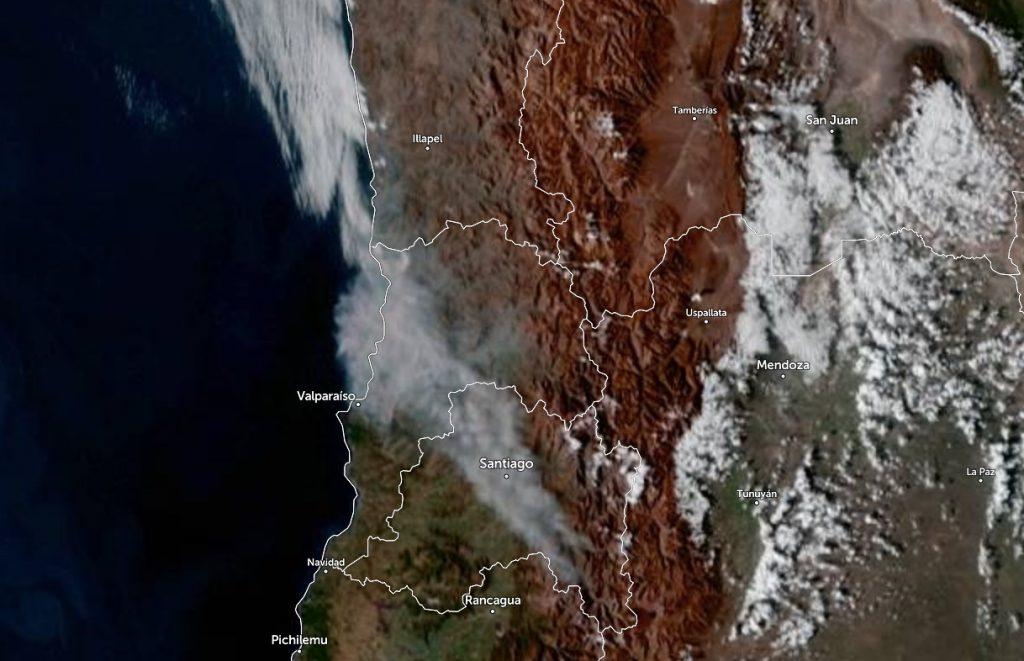Nube de humo del incendio en Quilpué se expande a la RM y Región de Coquimbo