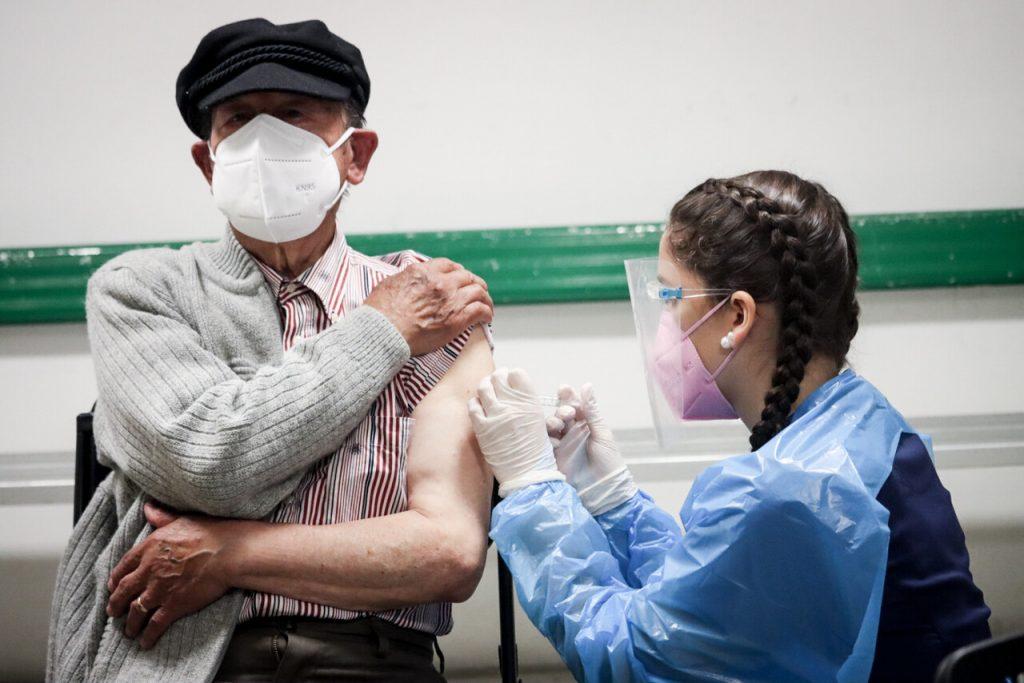 Más de 876 mil vacunados: JP Morgan proyecta que Chile podría ser el primer país emergente en lograr inmunidad